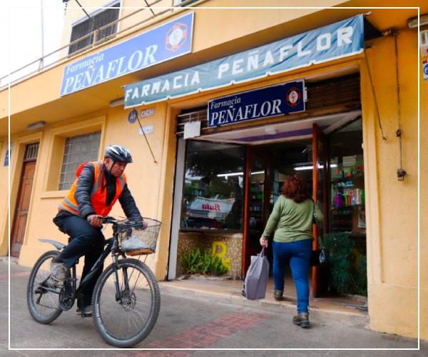 exterior de farmacia de peñaflor con personas caminando a su alrededor