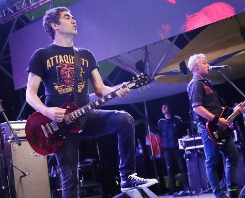 En la imagen se ve Mariano Martínez, vocalista de Attaque 77, banda de Punk Rock argentina y Luciano Scaglione, bajista de la banda, en el escenario de la Semana Peñaflorina 2019, Peñaflor, Chile